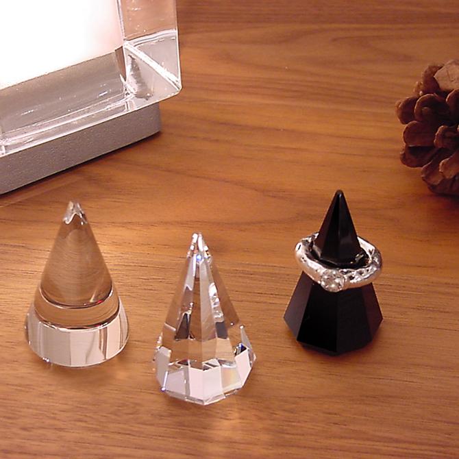 円錐や多角錐にカットされた、光学ガラス製のリングホルダー。