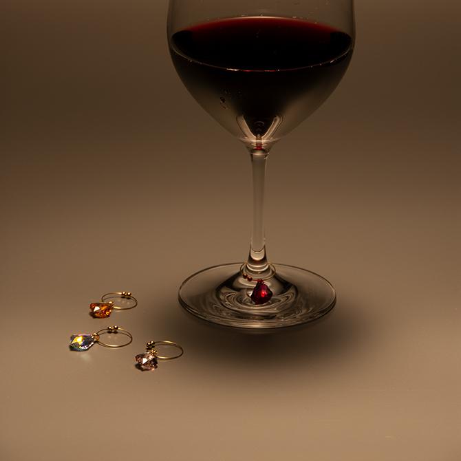 パーティでマイグラスをさりげなく飾る、ワイングラス・マーカー。